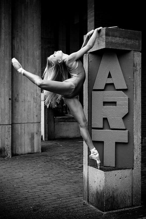 bailarina de ballet con un letrero que dice Art