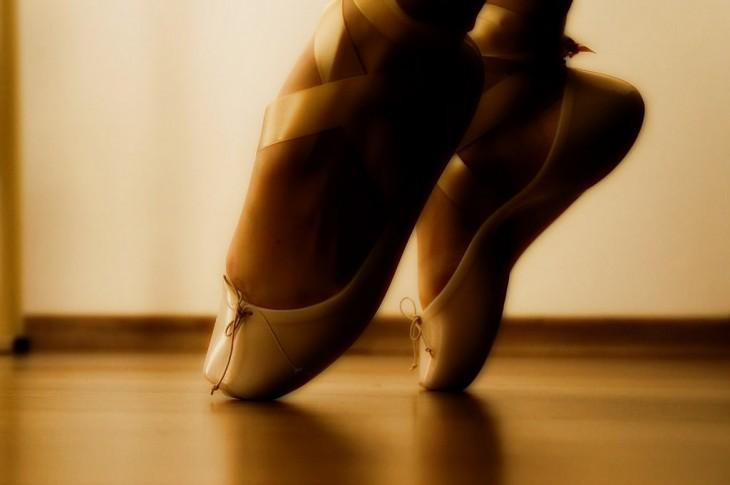 pies con zapatos de ballet
