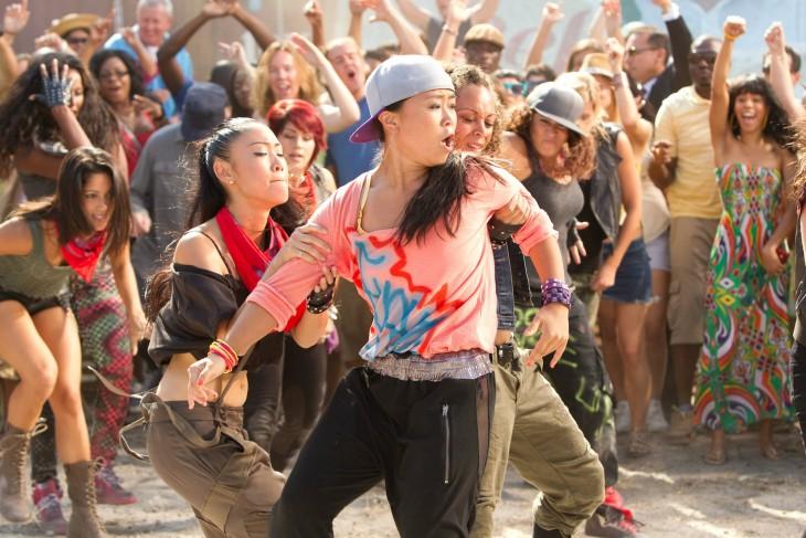 grupo de personas bailando felices en una calle