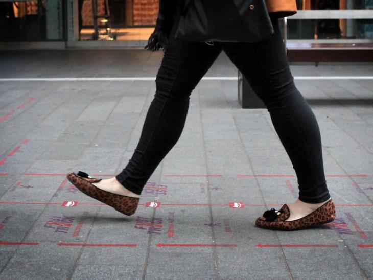 piernas de una mujer caminando por la senda peatonal rápida en Liverpool
