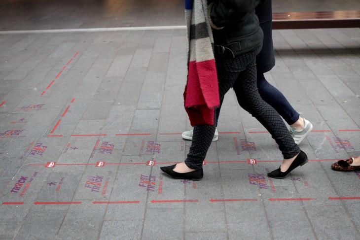Personas caminando por la senda peatonal rápida en el Reino Unido