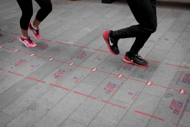 piernas de dos chicas trotando por la vía peatonal rápida del Reino Unido