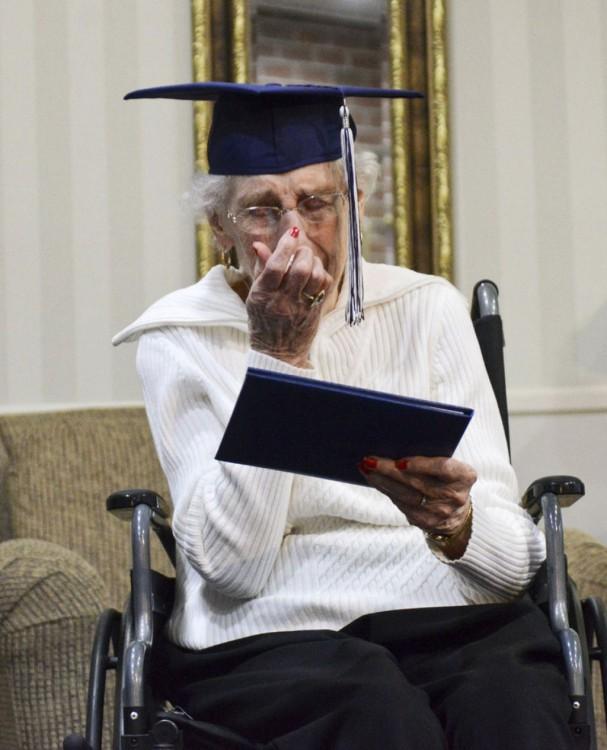 mujer leyendo su diploma de graduación