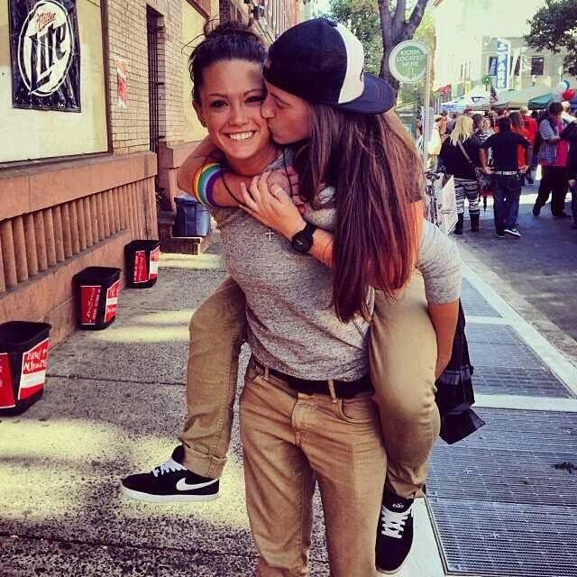 mujeres lesbianas una cargando a la otra