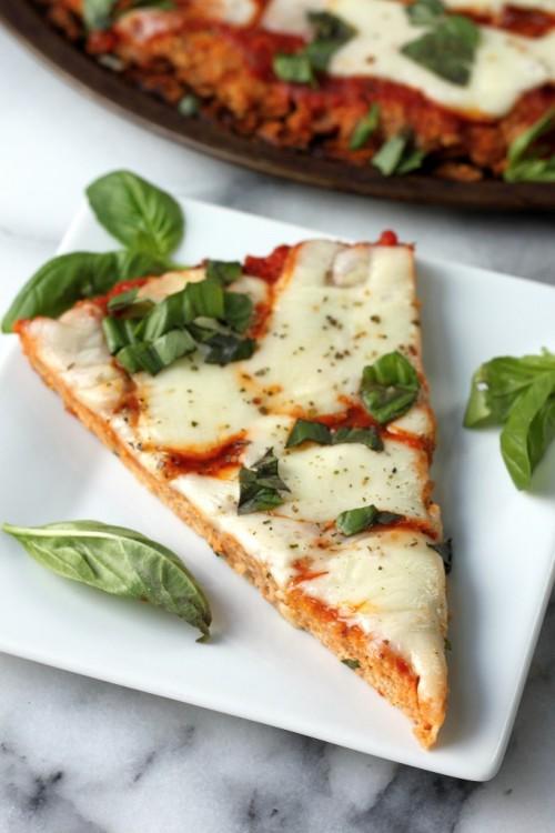 pieza de pizza hecha con masa a base de carne meatza