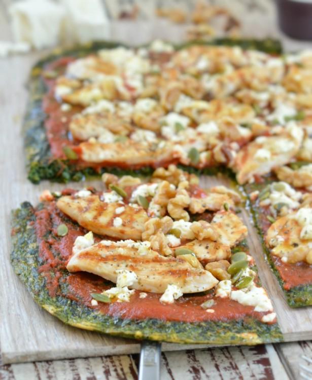 pizza hecha con masa hecha de espinaca