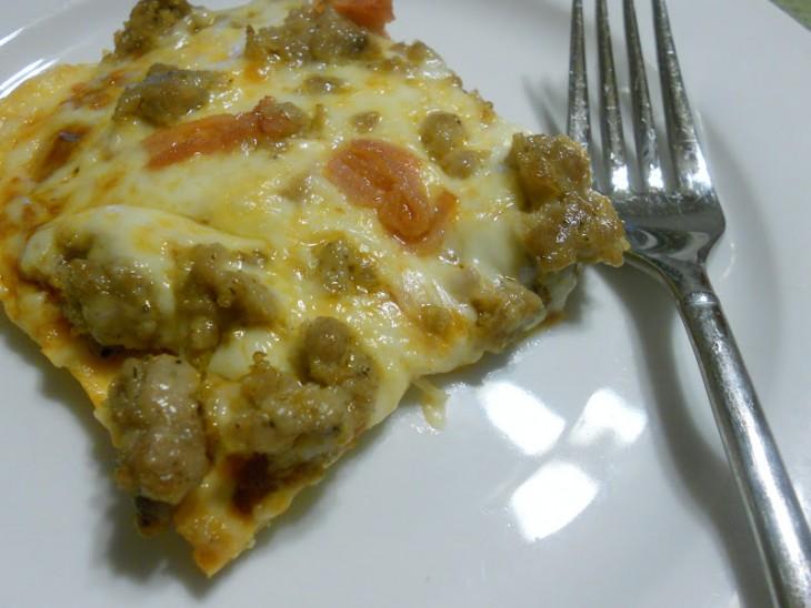 pizza con base hecha de queso crema y queso parmesano