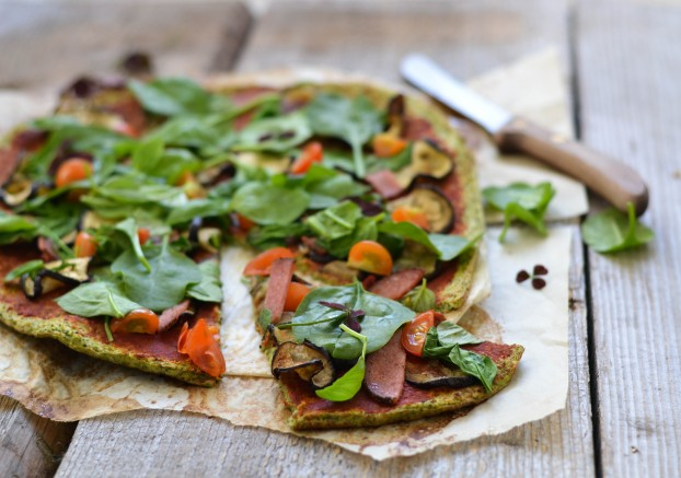 pizza hecha de masa con brocoli