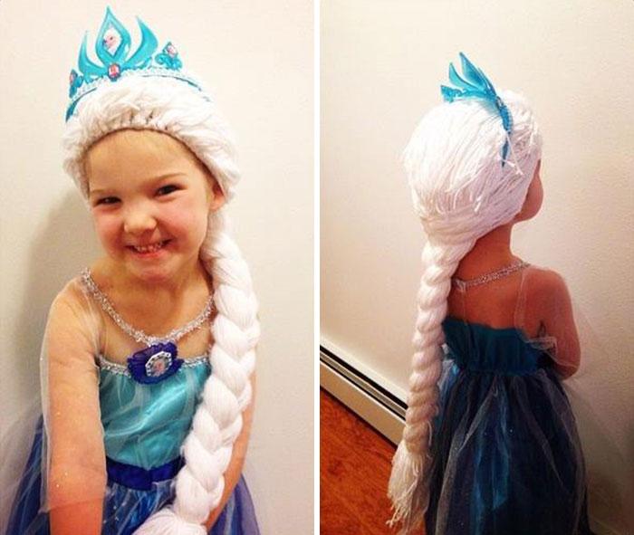 niña con una peluca de elsa de la película Frozen