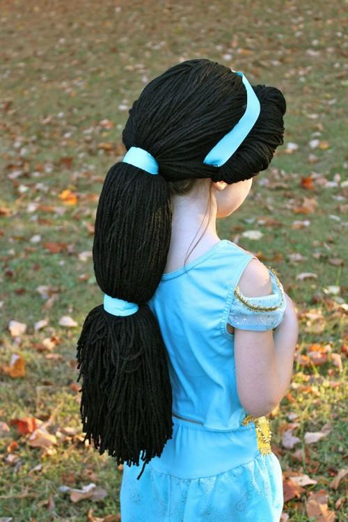 Niña disfrazada y con una peluca de jasmine la princesa de Aladdin