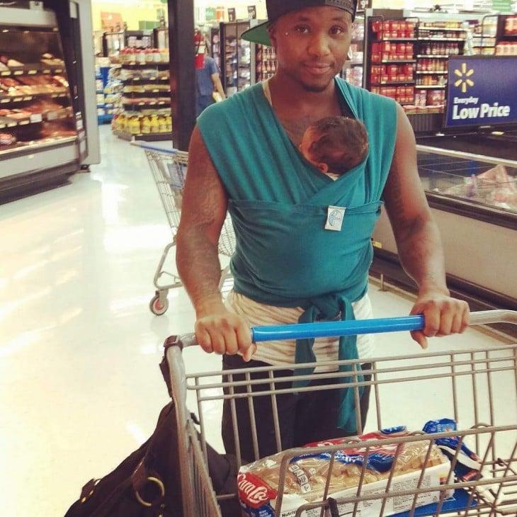 papa con su recien nacido en el super mercado