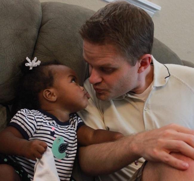 papá besando a su hija