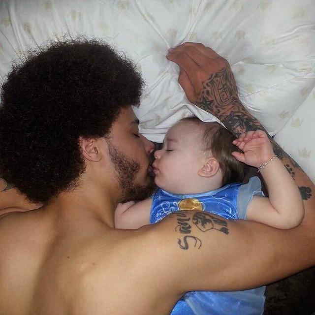 papa durmiendo con su pequeña bebé