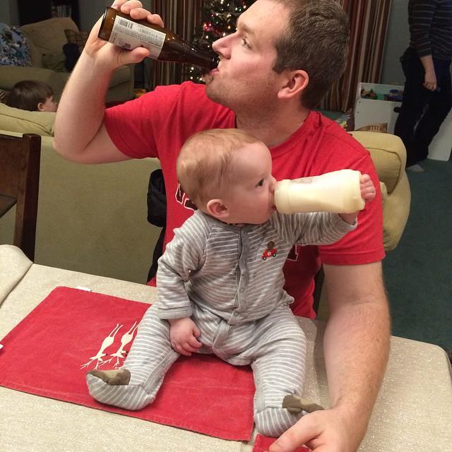 papa he hijo bebeiendo su bebida favorita