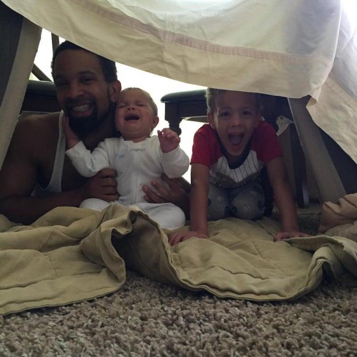 papa jugando a la casita con sus hijos