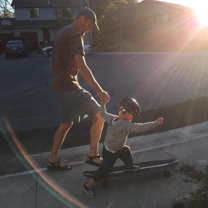 papá enseñandole a patinar a su pequeño