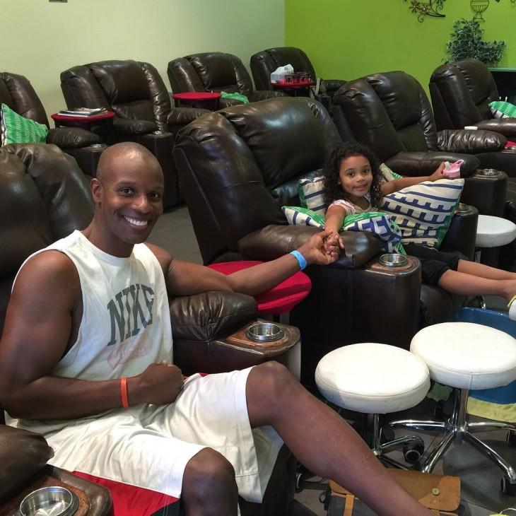 papá en la manicura con su hija