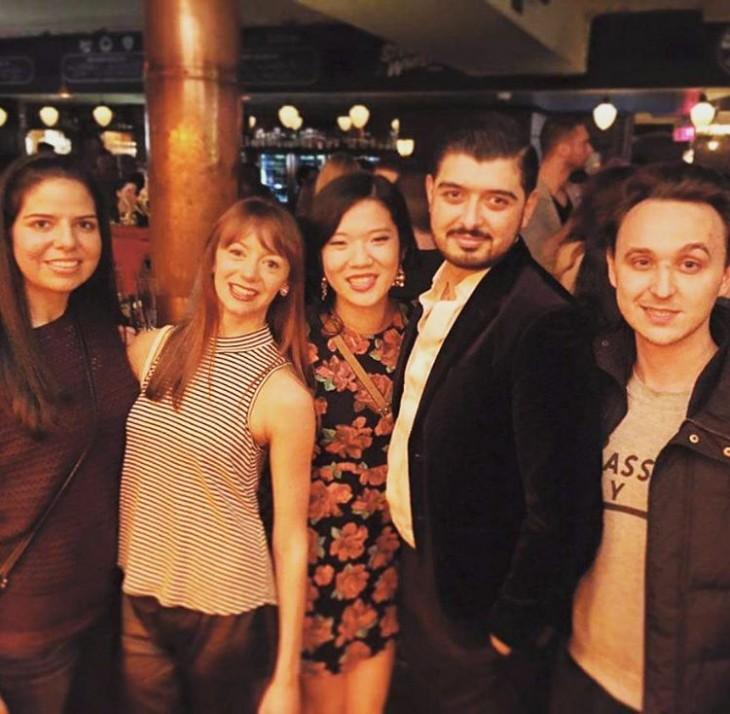 amigos tomandose una foro del recuerdo en el bar