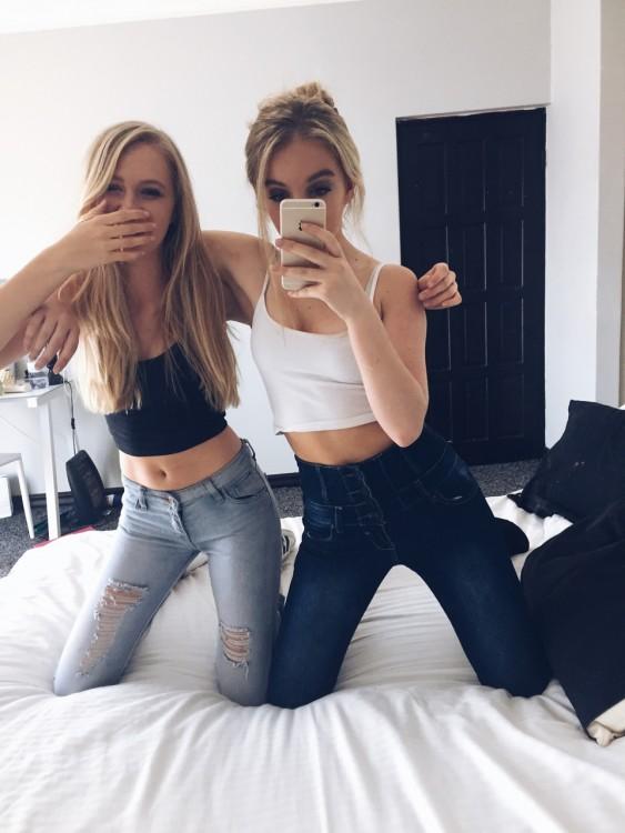 amigas tomandose un foto frente al espejo