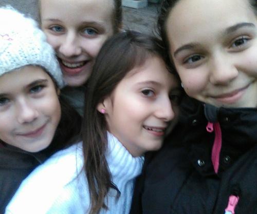 niñas se toman una selfie de la amistad