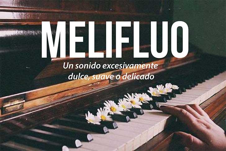 mano de una persona en un piano que define la palabra melifluo
