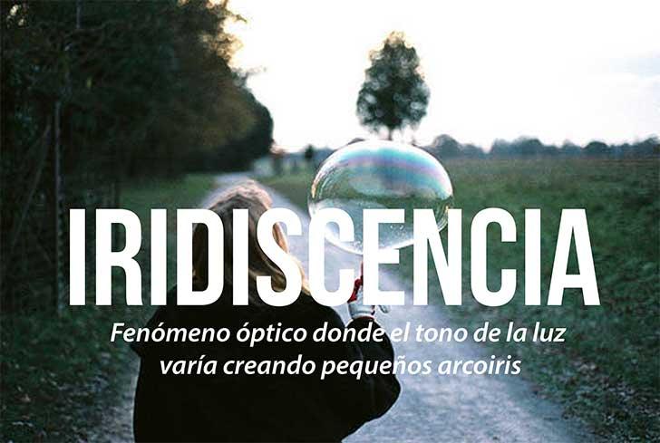 imagen de una niña con una burbuja que define la palabra iridiscencia