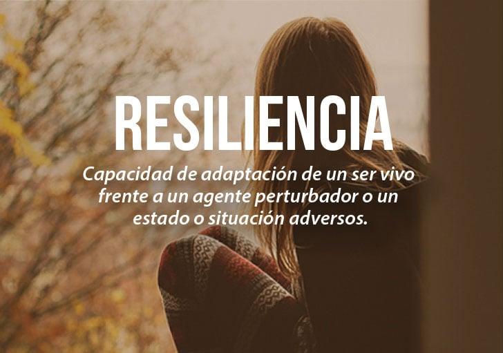una chica sentada en cunclillas con la definición de la palabra resiliencia