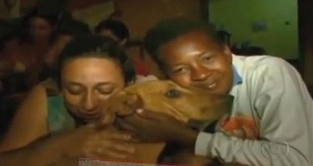 dos mujeres abrazando a una perra callejera
