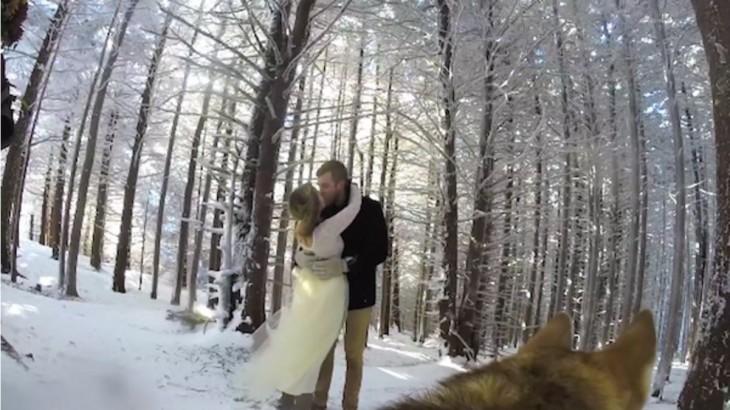 Pareja de novios besándose en una montaña el día de su boda