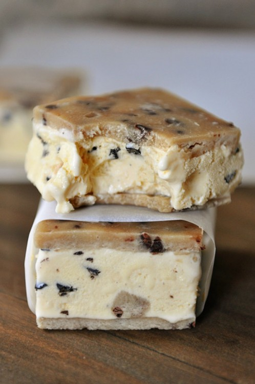 Sándwich de helado hecho con masa y pasta de galleta