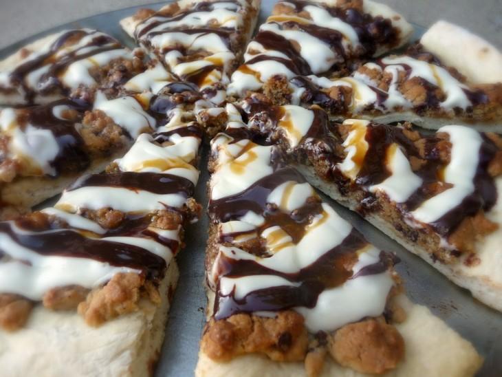 masa de galleta en forma de pizza con relleno de galleta oreo