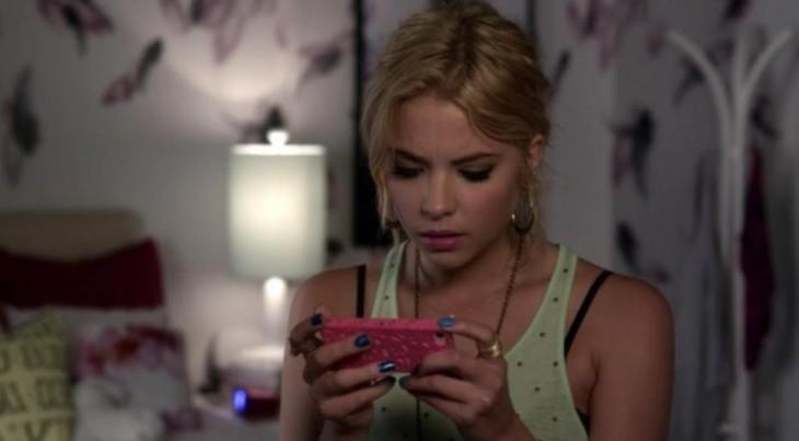 escena de una chica con el celular en su manos