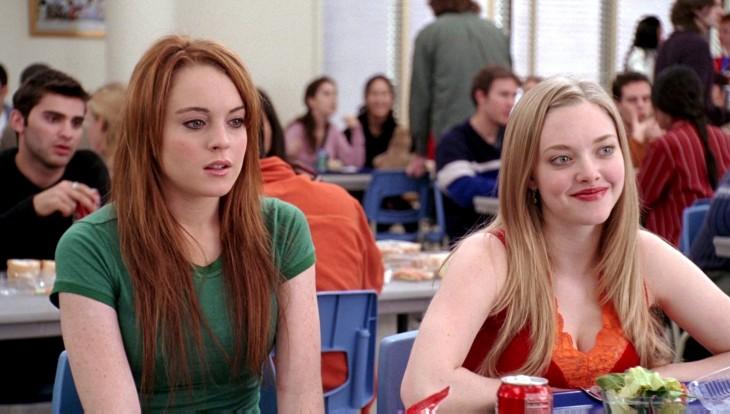 Lindsay Lohan pensativa dentro de una escena de la película chicas malas