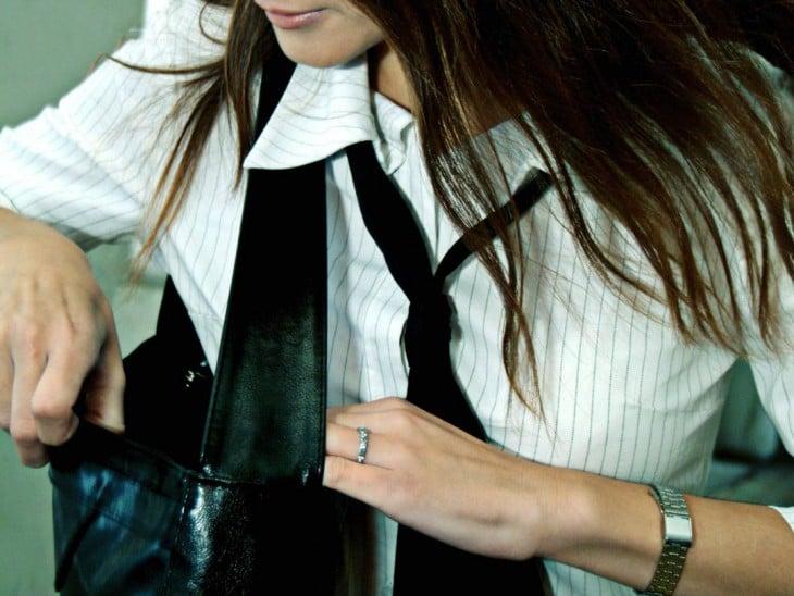 mujer buscando sus llaves dentro de su bolsa