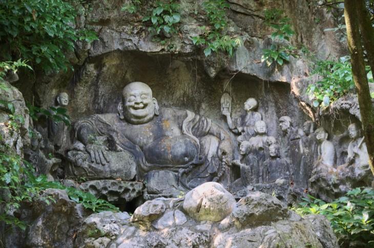 Buda Feliz en el Templo de las Almas Escondidas en Hangzhou, China