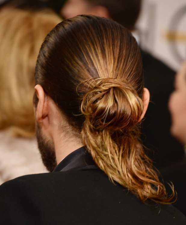 Actor Jared Leto de espaldas mostrando su largo cabello