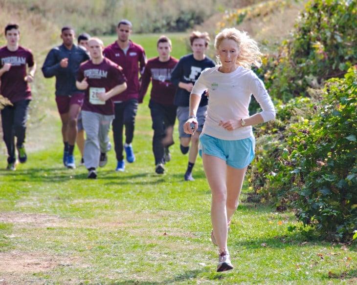 Mujer con varios hombres corriendo detrás de ella