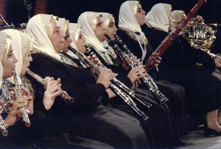 Mujeres en Egipto tocando flautas durante un concierto
