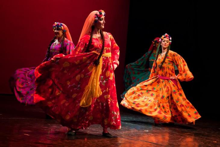 cuatro mujeres egipcias bailando la Danza Fallahi