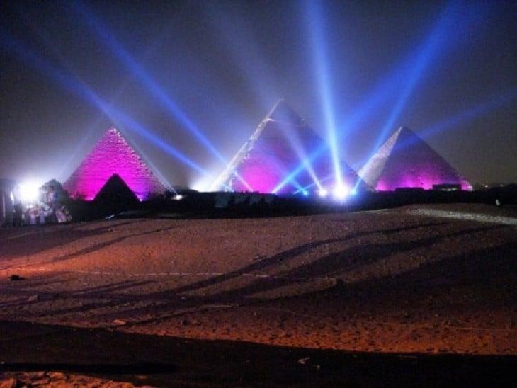 foto que muestra el espectáculo de luz y sonido en las pirámides de guiza en Egipto