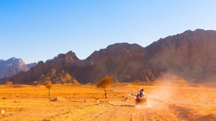 personas en motocicleta por el desierto safari en Egipto