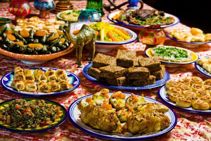 muchos platillos de comida sobre una mesa