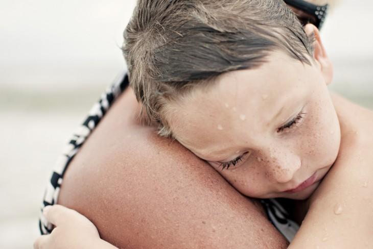 cara de un niño recargado sobre el hombro de su abuela