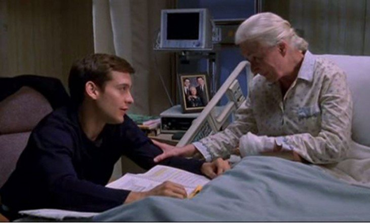 Escena de la película de Spiderman 2 donde la tia may esta en el hospital