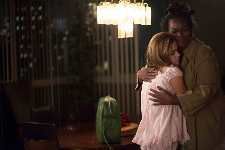 mujer abrazando a una chica
