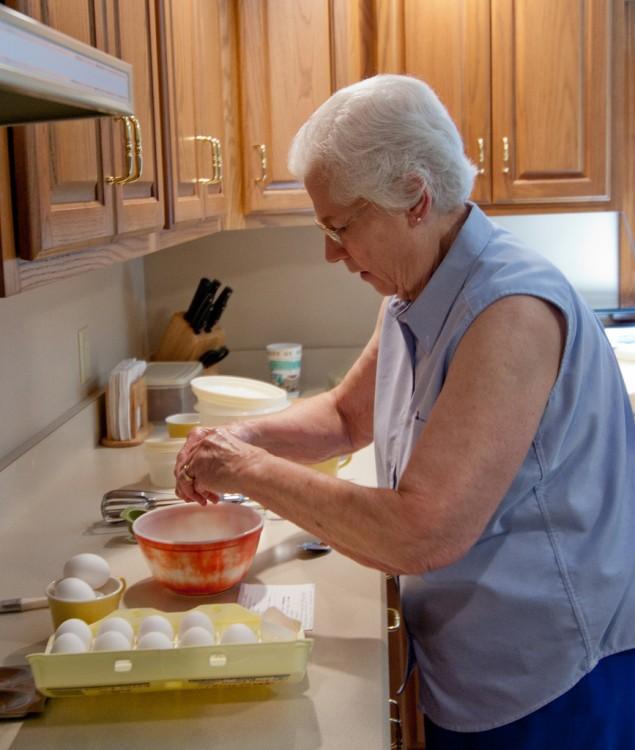 mujer anciana cocinando