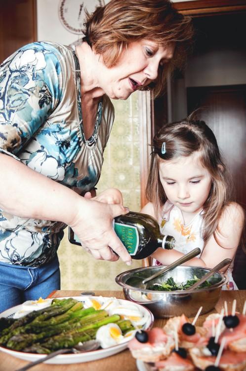abuela enseñando a cocinar a su nieta