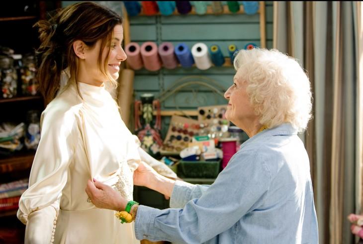 abuela checando el vestido de novia de su nieta