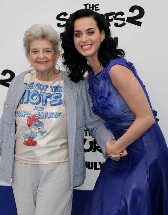 Katy Perry junto a su abuela en la premier de la película de Los Pitufos