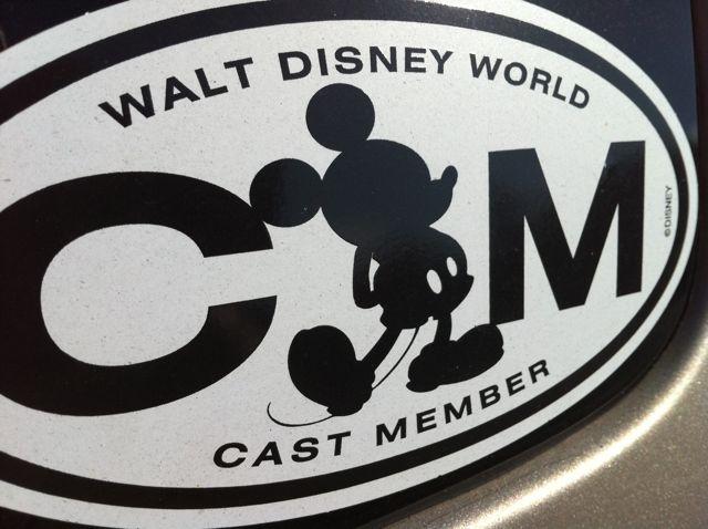 presentador que muestra que una persona es empleado de Disney o que forma parte del elenco